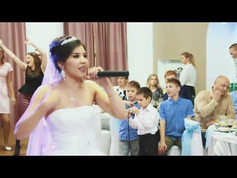Невеста читает рэп для жениха на свадьбе