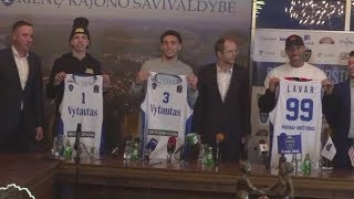 LaVar, LiAngelo and LaMelo Ball receive official Prienu Vytautas jerseys in Lithuania | ESPN