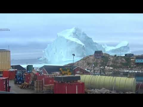 Chunk of Stray Iceberg Looming Over Greenlandic Town Collapses Into the Ocean