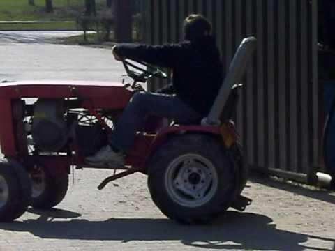 Glenn rijd op mini tractor :)