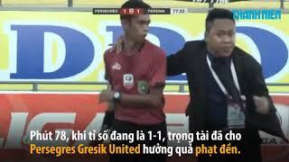 Cầu thủ Indonesia đánh trọng tài