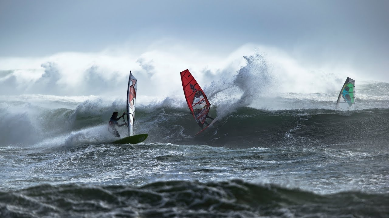 Delapan Peselancar Angin Dunia Tantang Dahsyatnya Badai Atlantik Utara