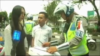 Gambar cover [Video Lucu Gokil] Polisi Indonesia Tilang Bencong...Lucu Bikin Ketawa !