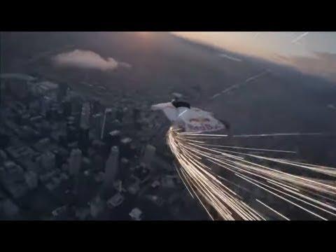 AUFREGUNG IN LOS ANGELES: Basejumper fliegt mit Feuerschweif durch die Skyline