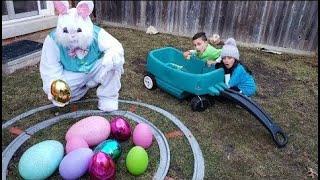 لعب أطفال نتظاهر باللعب مع بيض عيد الفصح الأرنب العملاق   SUPRISE EGGS  Heidi و Zidane