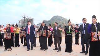 Phó Chủ tịch Thường trực Quốc hội Tòng Thị Phóng vui Xuân cùng đồng bào tỉnh Sơn La