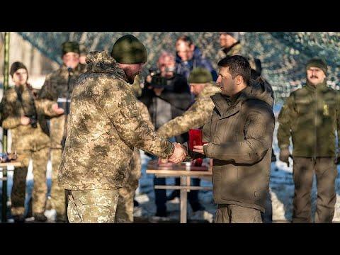 شاهد: زيلينسكي يزور جبهة القتال الأوكرانية قبل لقاء مع بوتين…  - نشر قبل 3 ساعة