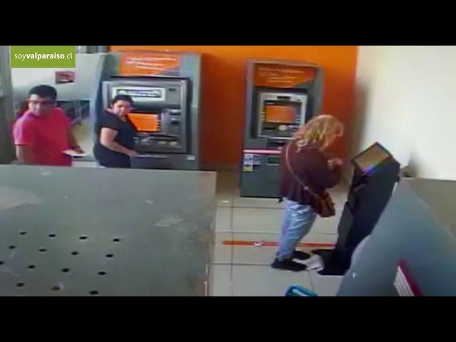 'Como un delincuente avezado': Un niño de 4 años roba dinero de un cajero automático