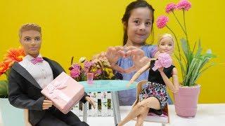 Ken Barbie'ye EVLİLİK teklifi ediyor👰🏼🤵🏼. YÜZÜK alıyoruz💍! #aileoynu videosu izle
