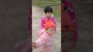 Hai chị em đi thăm bà cụ tết 2020