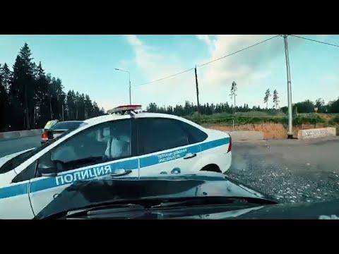 EDWARD BIL врезался в полицейскую машину.