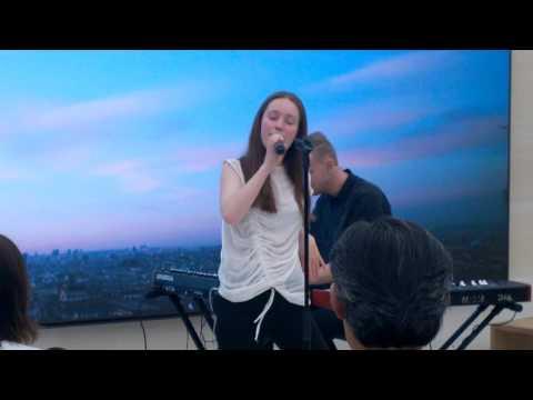 Sigrid - Don't Kill My Vibe live Apple Store Saint Germain, Paris