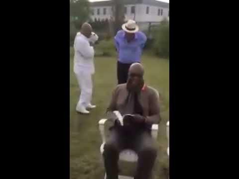 Manu Dibango mort de rire en voyant danser Salle John et Henry Njoh