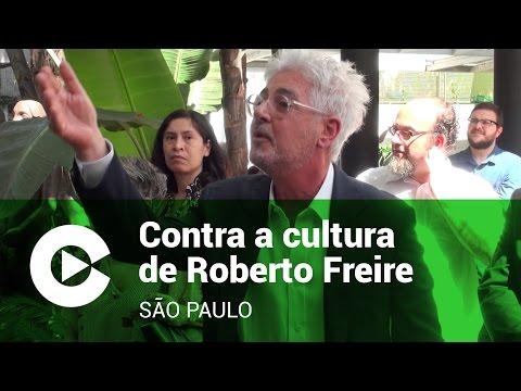 Plateia confronta Roberto Freire na entrega de Prêmio Luís Camões