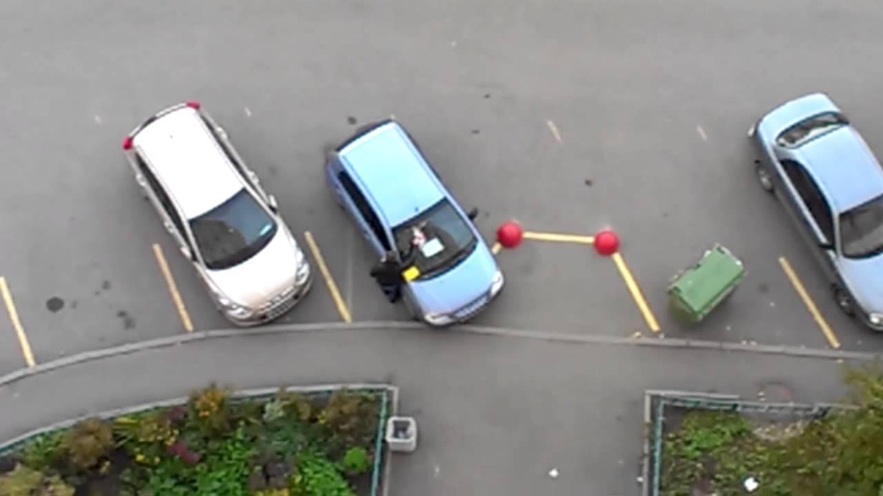 2 сен 2016. Наклейка с надписью «мне плевать на всех, я паркуюсь, как хочу» на стекле автомобиля в москве на зубовском бульваре (фото: илья.