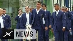 Cristiano Ronaldo und Eder präsentieren den EM-Pokal   Portugal - Frankreich 1:0   EM 2016