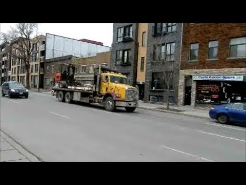 WALKING PAPINEAU BLVD IN MONTREAL'S VILLE MARIE DISTRICT / 03-01-18