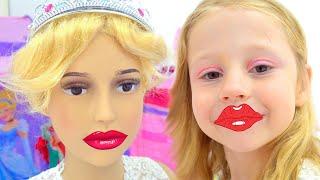 Nastya ve arkadaşı aynı prenses elbiseler giyinmek