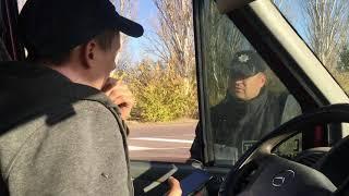 Придорожные попрошайки убегают от водителя