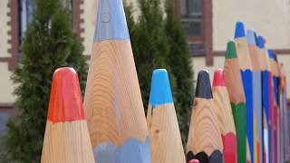 Под Калининградом мастера сделали забор из цветных карандашей
