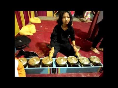 Pemain Tansa perempuan grup tambur Gema Satria Minang Bandar lampung