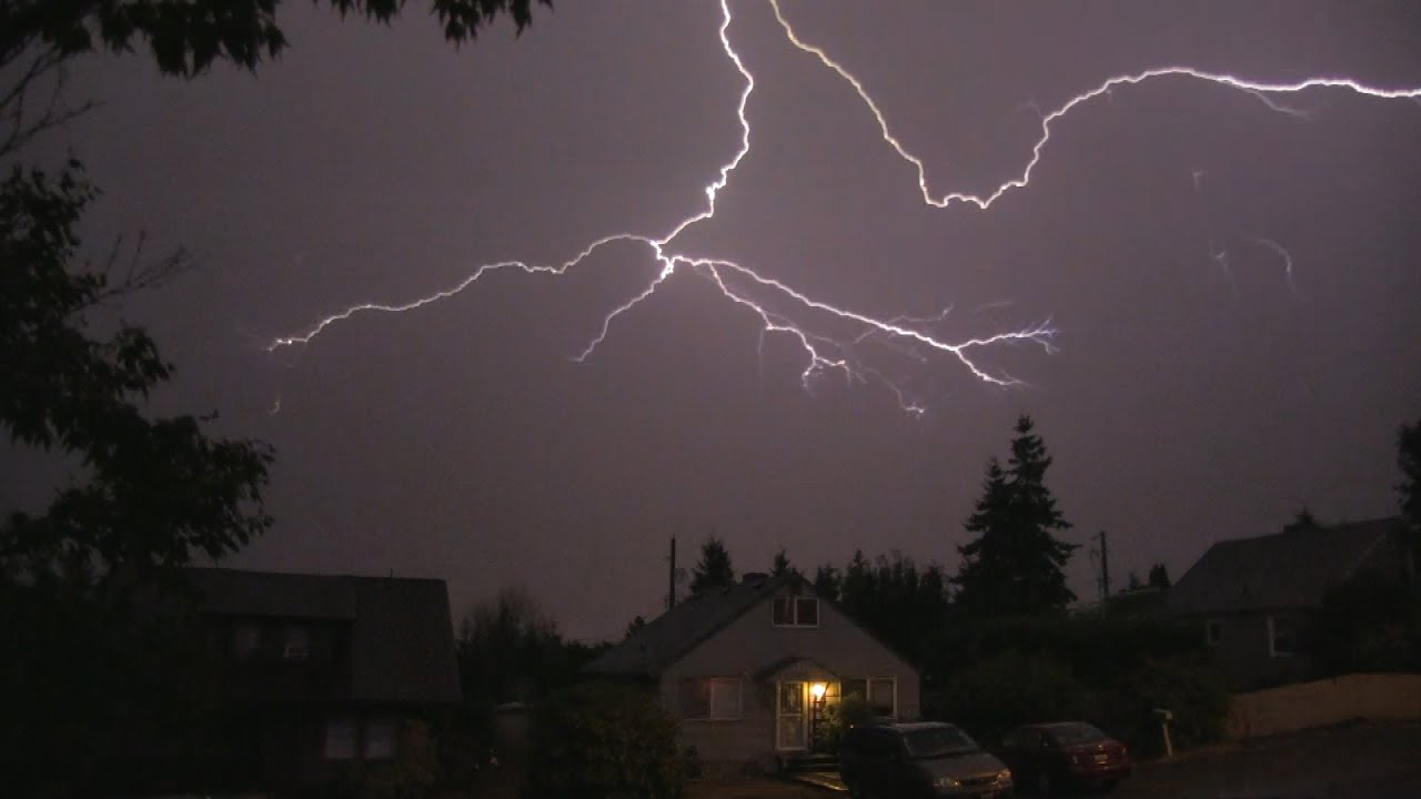 how to tell how close thunder and lightning is