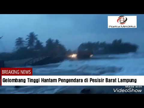 Gelombang Tinggi Hantam Pengendara di Pesisir Barat Lampung