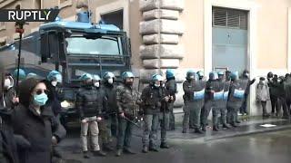 비즈니스 소유자는 로마에서 무단 집회를 개최