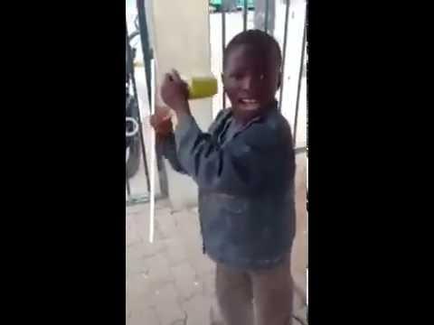 طفل مقود من الموزمبيق الشقيقة thumbnail