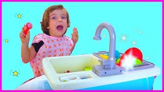 Makar washing dishes in the sink toy