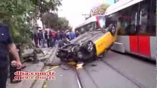 Tramvayın yoluna giren taksi bu hale geldi