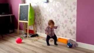 Мальчик сильно играет в футбол , талант