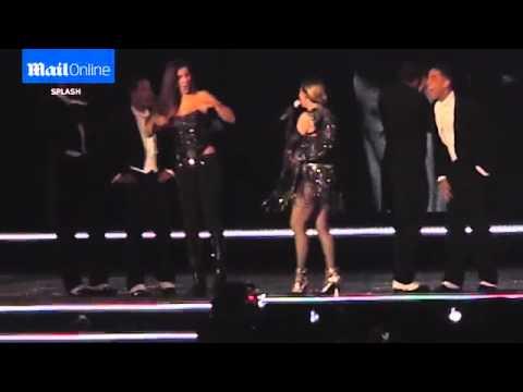 La nueva de Madonna: le bajó el corset y mostró el pecho de una fan
