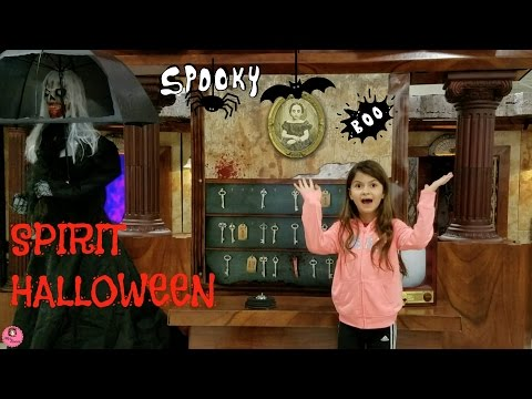 FOLLOW ME AROUND SPIRIT HALLOWEEN SPOOKY STORE!VLOGTOBER#15
