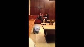 ホテルのロビーで夫婦喧嘩。 何を話しているのか分からないので、翻訳お...