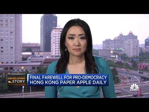 Download Residents say goodbye to pro-democracy Hong Kong paper Apple Daily