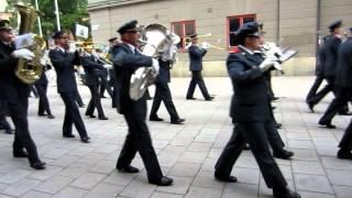 Hemvärnets Musikkår Borlänge marscherar.