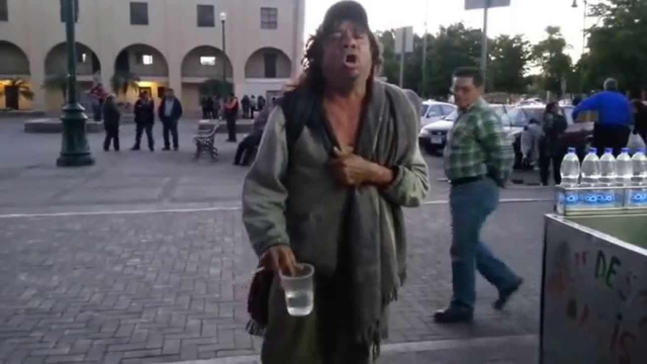 VIDEO: Indigente, no tiene dinero, ni nada que dar... lo unico que tiene es una voz para imitar a Juan Gabriel!
