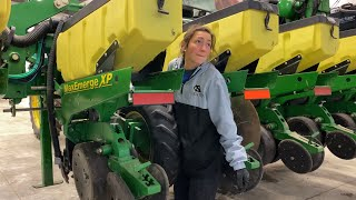 Farm Hacks (Replacing chains on John Deere 1720 Planter)