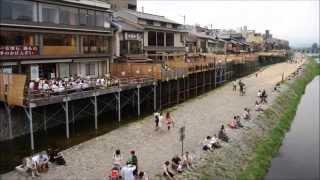 京都の四季 夏の宵の鴨川。等間隔カップルが並んで。鴨川の床と舞妓さんも