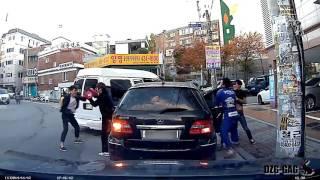 Драка на дороге в Корее (розыгрыш)(Драка на дороге в Корее (розыгрыш), 2016-04-29T11:14:43.000Z)