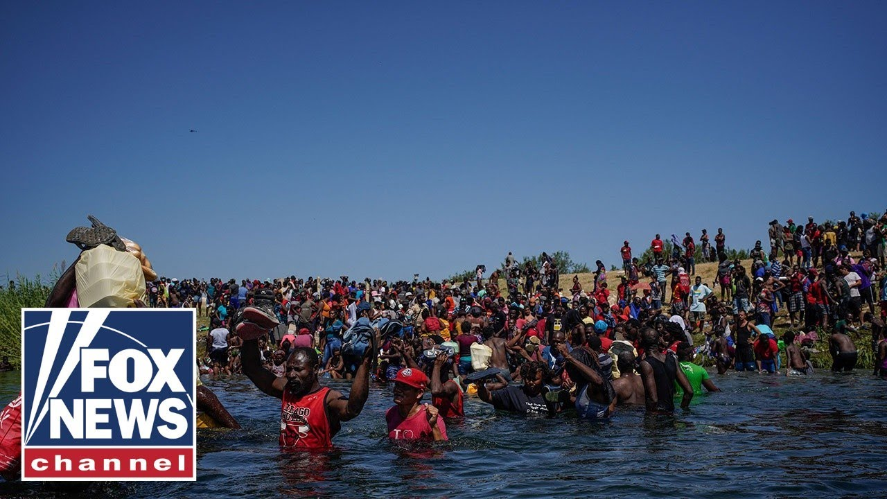 Download Migrant caravan chants 'yes we can' en route to US border