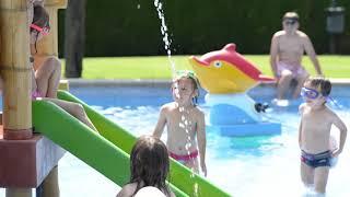 Piscina infantil Berga Resort, al Pirineu de Barcelona, muntanyes del Berguedà.