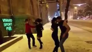 Հայ երիտասարդները Երևանի Սայաթ Նովա փողոցում   սալսա են պարում ձյան ներքո