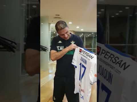 Joaquín el genial jugador del Betis nos manda un saludo con la camiseta del Ourense CF