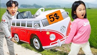 Boram montrent des jouets de voitures dans