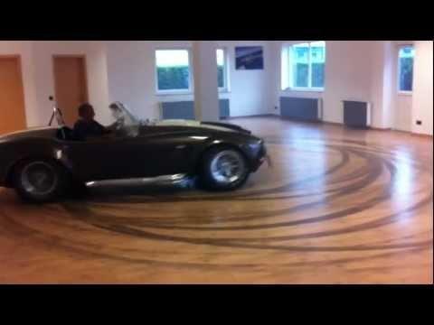 צלחות עם המכונית בסלון