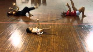 Маленькая девочка дает урок хореографии взрослым...Это лучший учитель танцев!