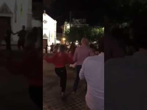 Ο Παπανδρέου χορεύει κρητικούς χορούς