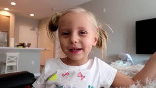 Alicia juega con el maquillaje mientras papá duerme